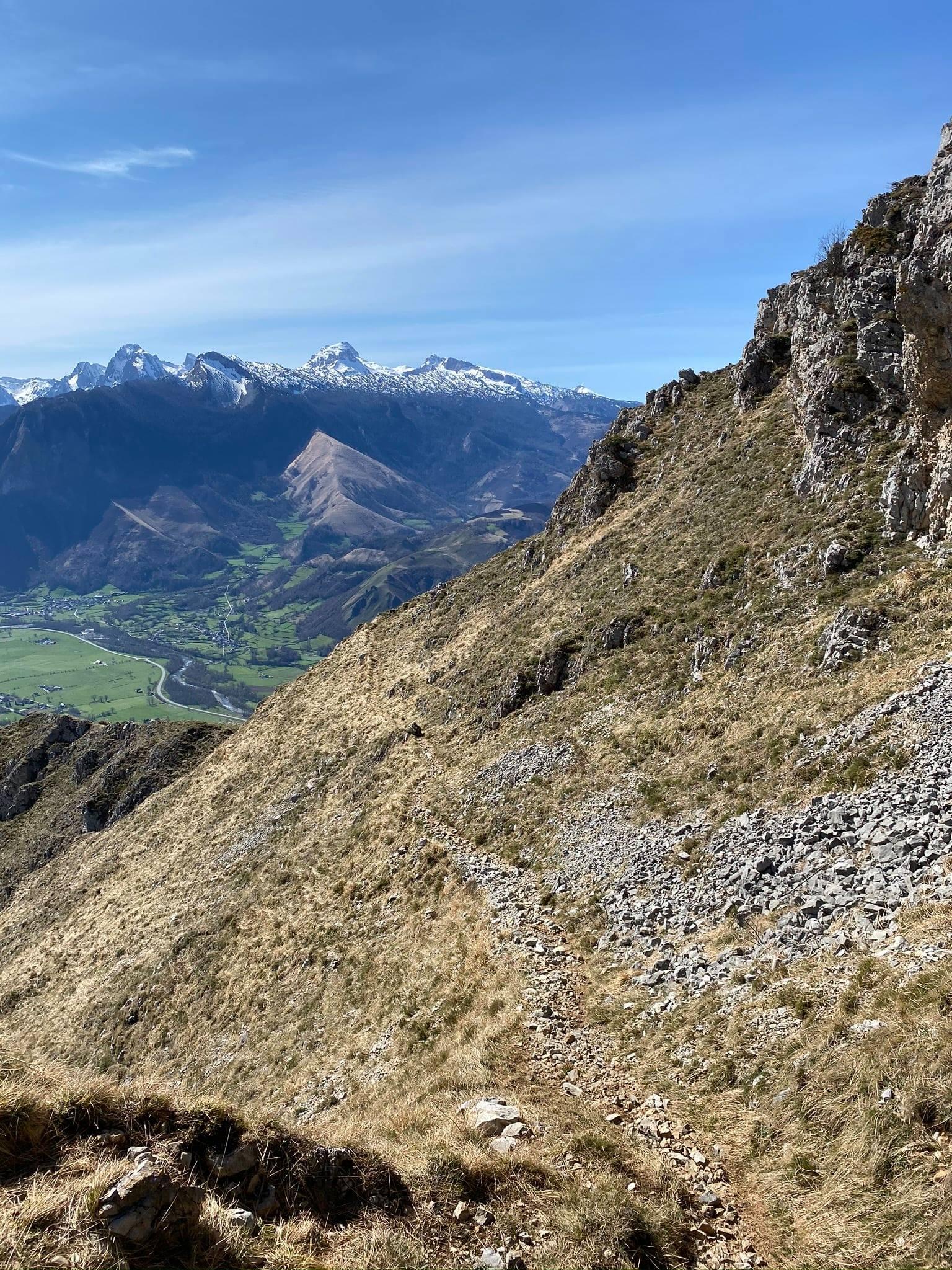 La vue sur le Pic d'Anie enneigé est splendide.
