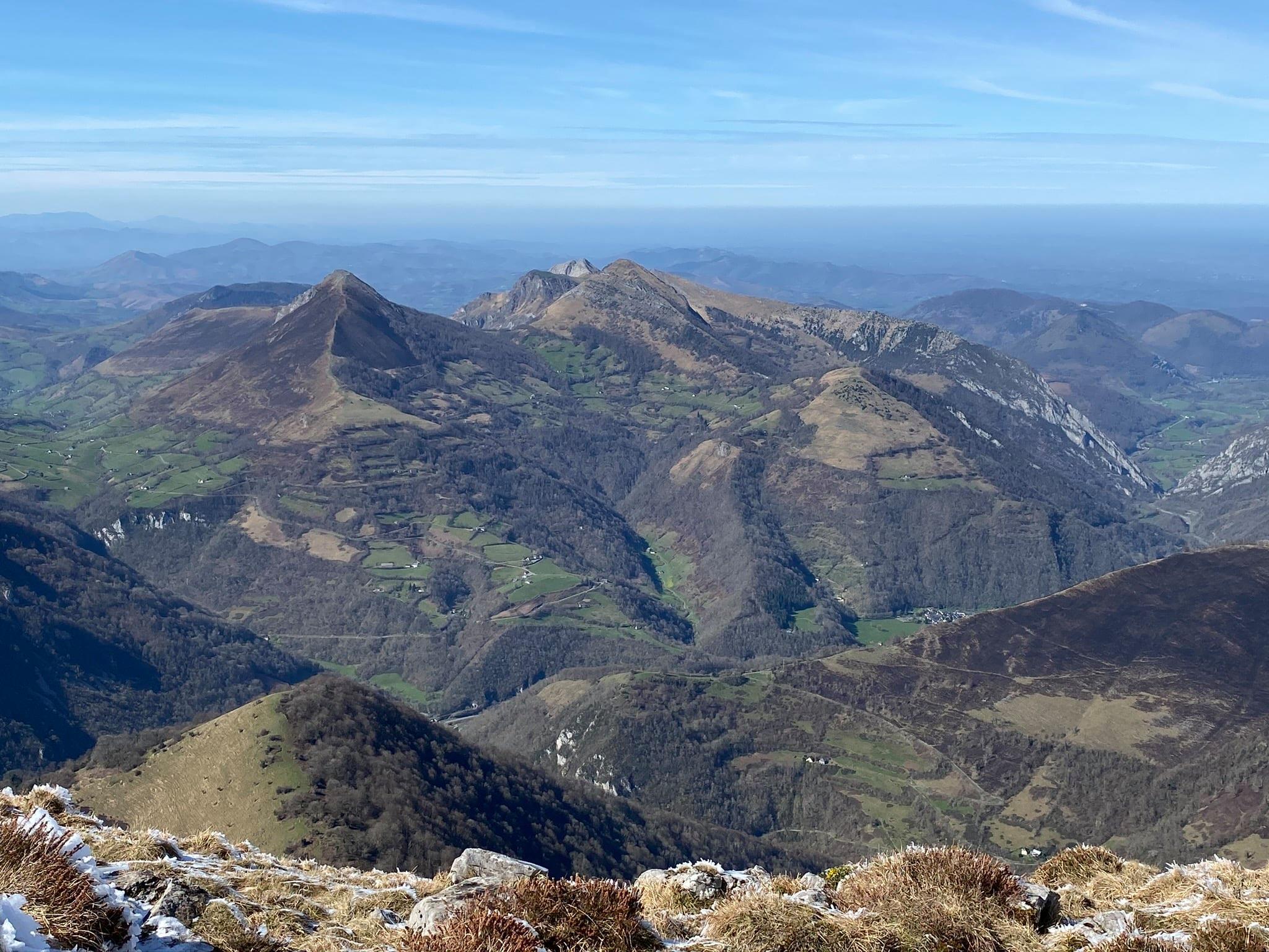 Panorama vers le début de la vallée d'Aspe. On reconnait le trône du Roi.