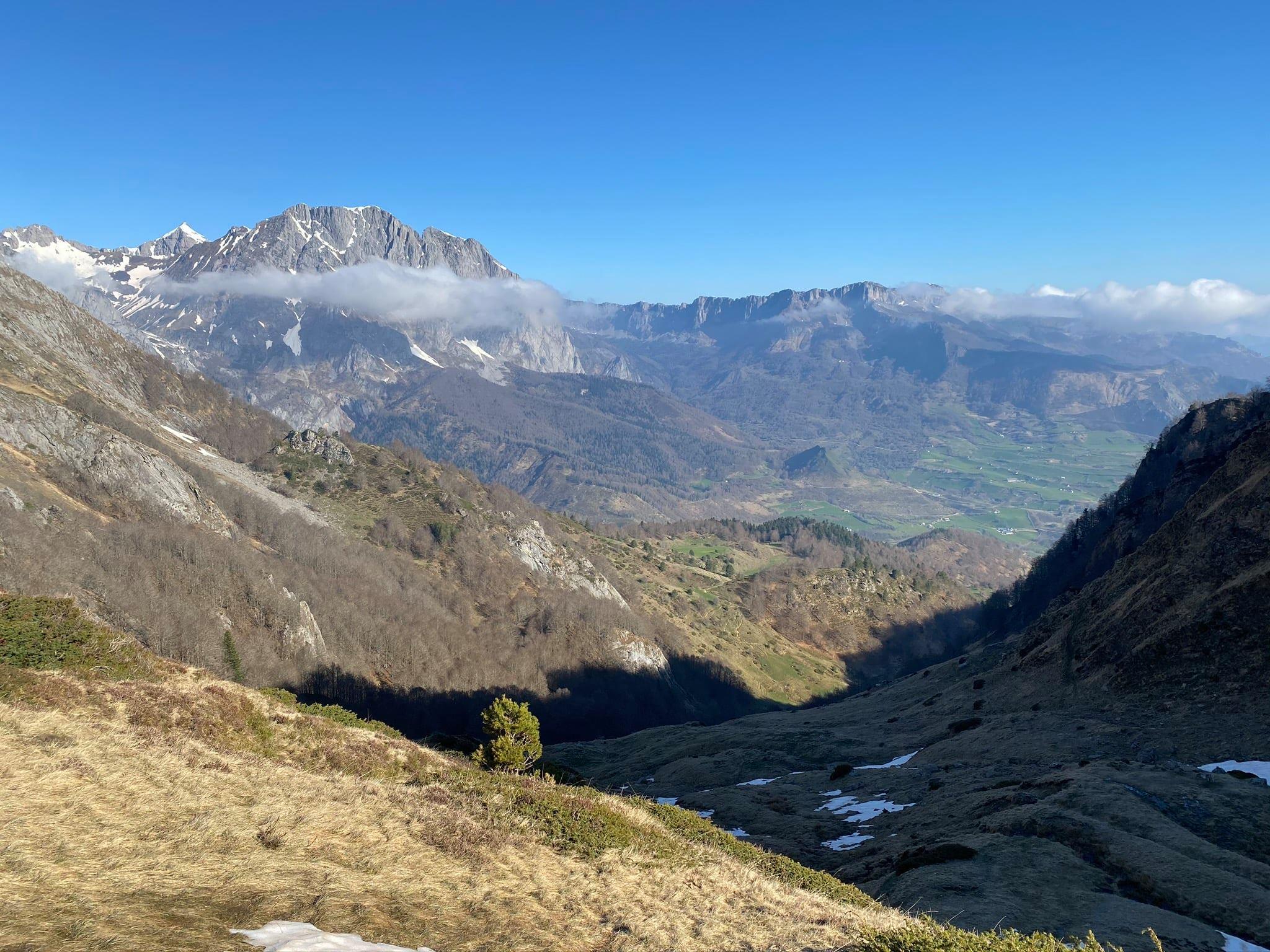 Vue sur le plateau de Lescun depuis le col d'Escourets