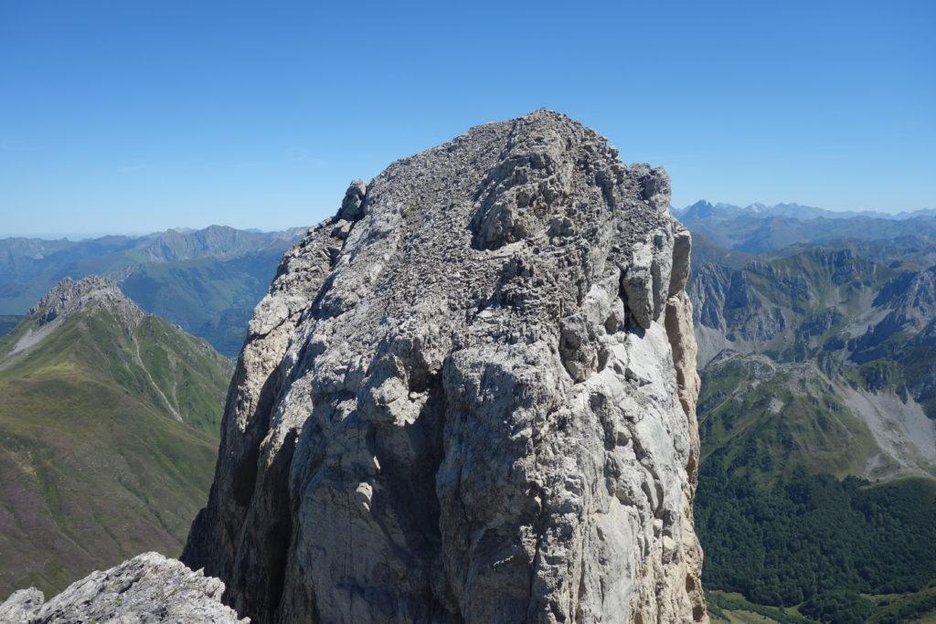 La grande aiguille d'Ansabère (2377 m), distante de seulement 15 m par rapport au pic d'Ansabère