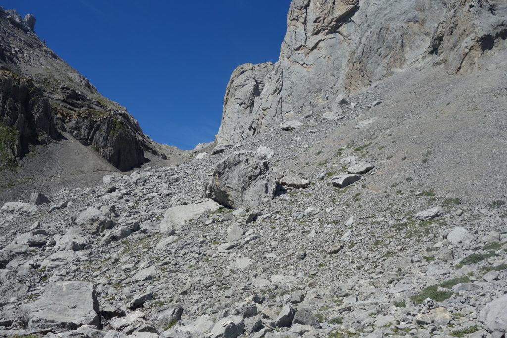 Montée dans un pierrier, sous le Pic de Pétragème, en direction du Col de Pétragème