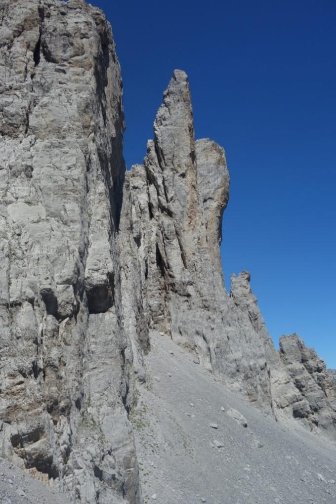 Montée au pied du Spigolo. Les jours de beaux temps, on peut y apercevoir quelques grimpeurs.